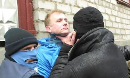 pro-Russian militia thugs threaten a Ukrainian reporter for doing his job. The journalist was eventually released but note that the thug holding the man by the neck is phoning someone about this 'arrest'.