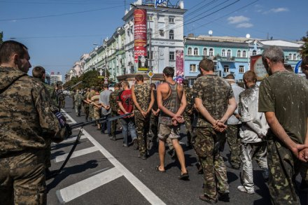 prisoners-paraded-through-streets-Donetsk